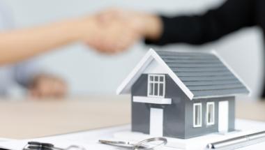 shaking hands real estate deal